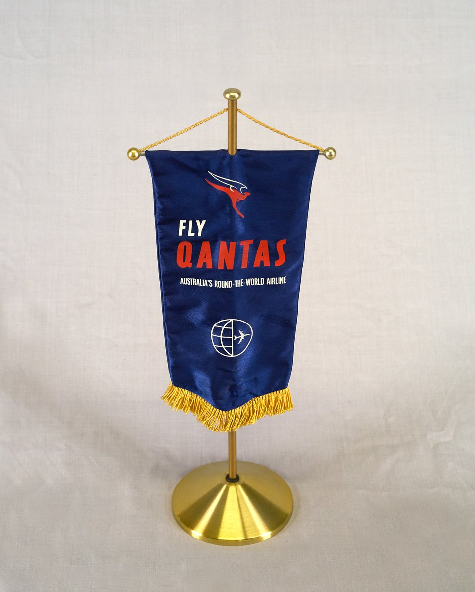 Fly Qantas, Australia's round the world airline, Fanion – Affiche ancienne – ANONYMOUS – 1960